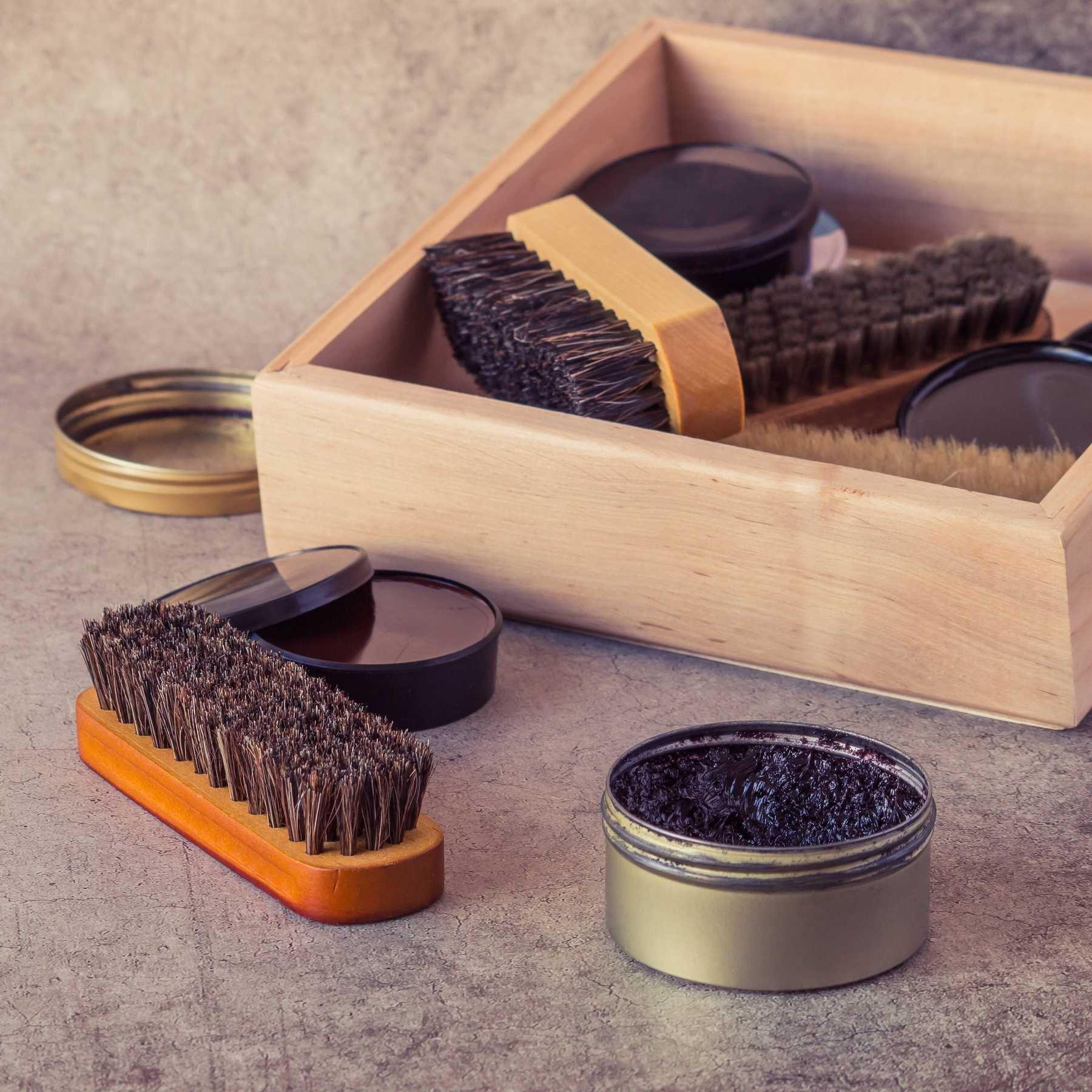 Cách làm sạch túi xách da bằng xi đánh giày