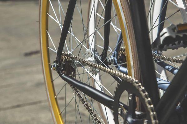 Schwarzes Fahrrad mit gelber Felge und Fahrradkette