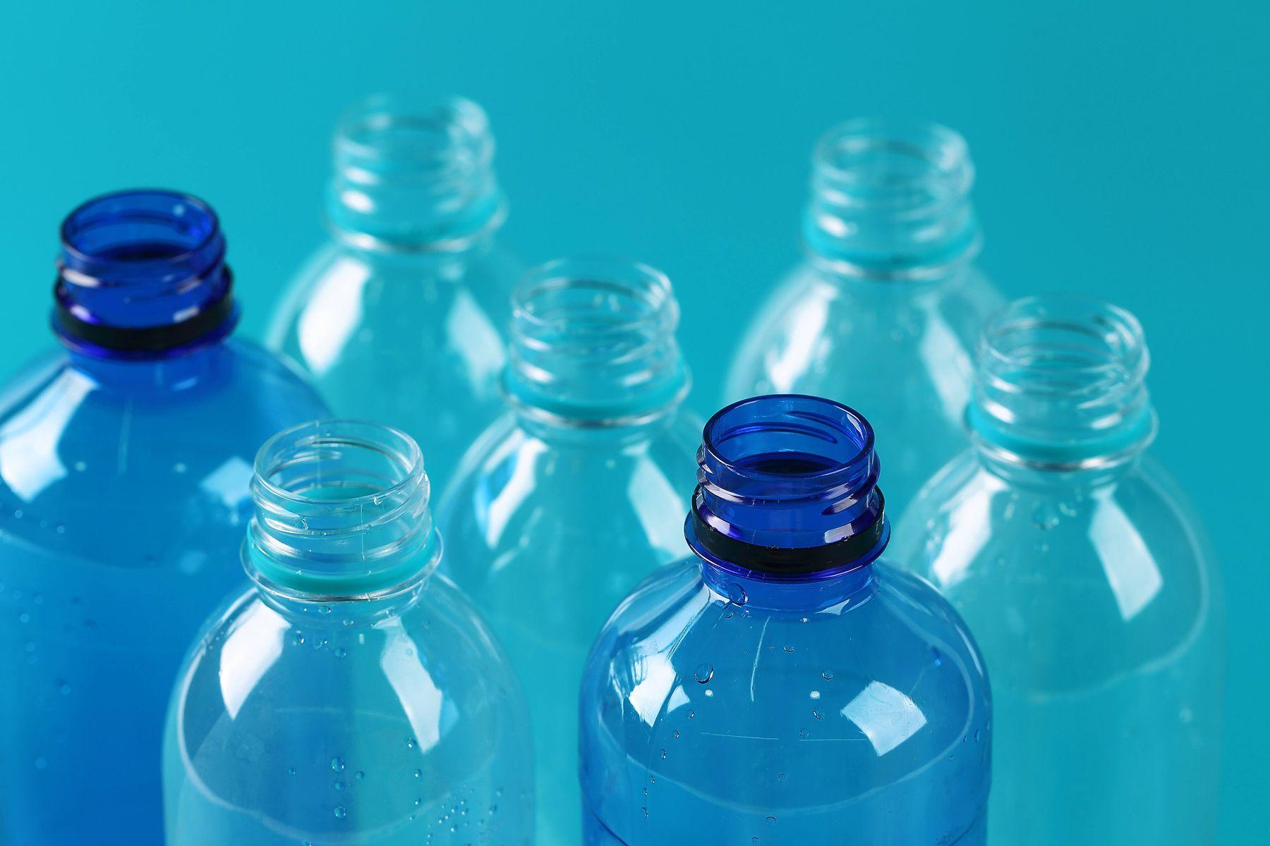 siete botellas plásticas sin tapa