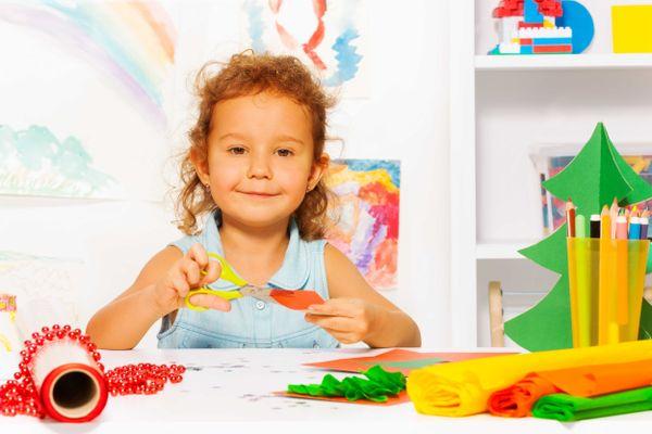 menina-fazendo-recorte-e-cole-com-diversos-materiais