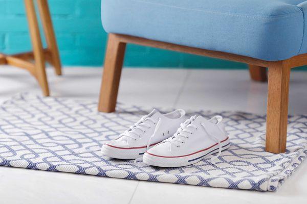 tenis-branco-em-cima-de-tapete-com-desenhos-azuis