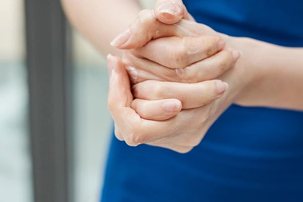 Da tay sần sùi do 3 thói quen rửa chén sau