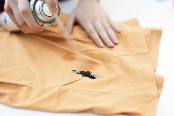 Cách tẩy vết sơn trên quần áo với những nguyên liệu sẵn có
