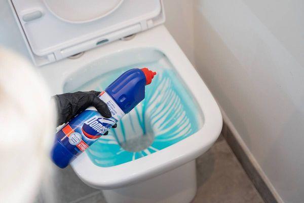 Как устранить неприятный запах из туалета?