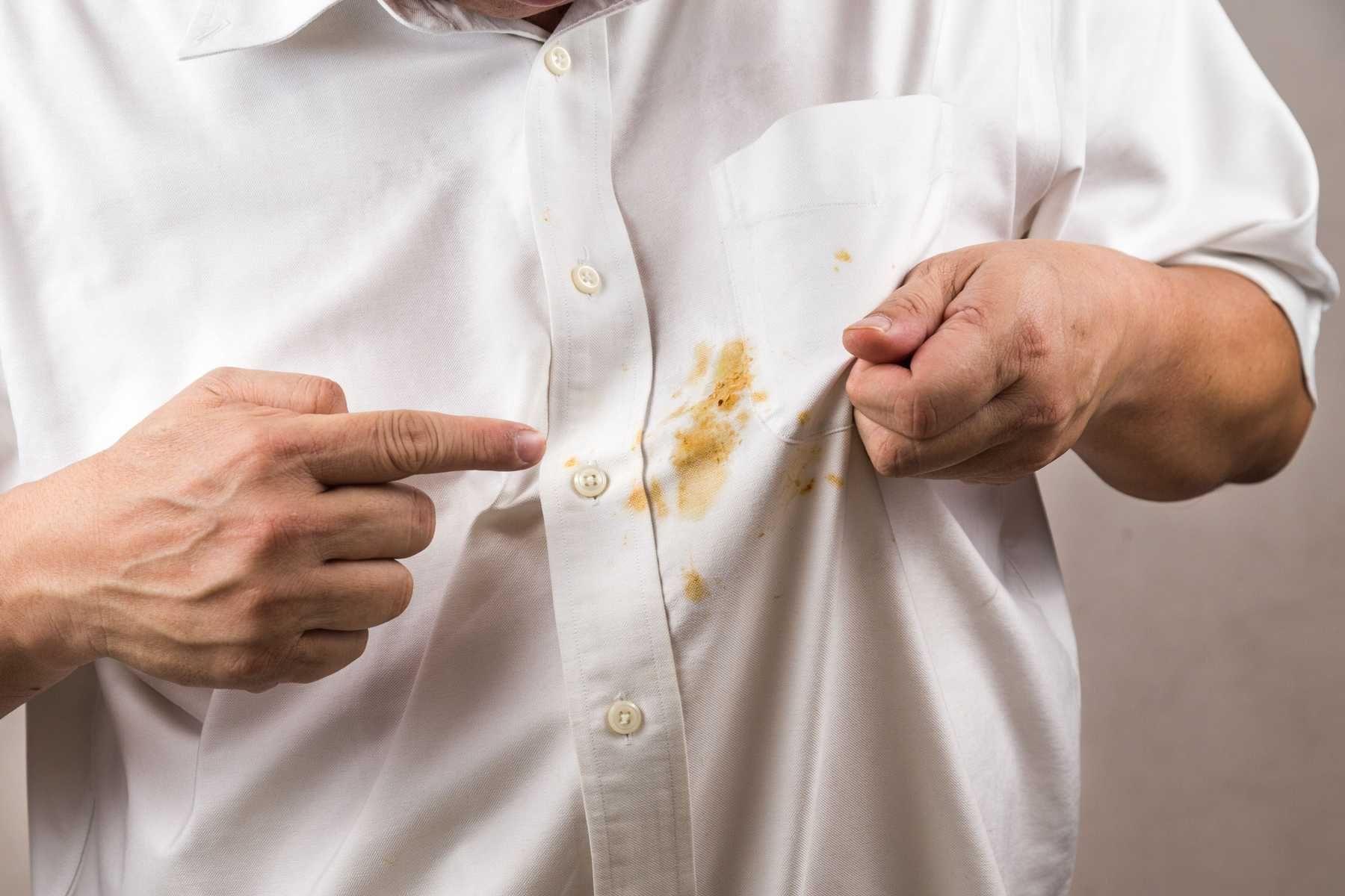 Step 5: Cách tẩy vết bẩn trên áo trắng bị dính dầu mỡ do hoạt động ăn uống đơn giản bằng bột giặt