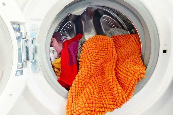 Lavadora roupas com tapetes e panos coloridos