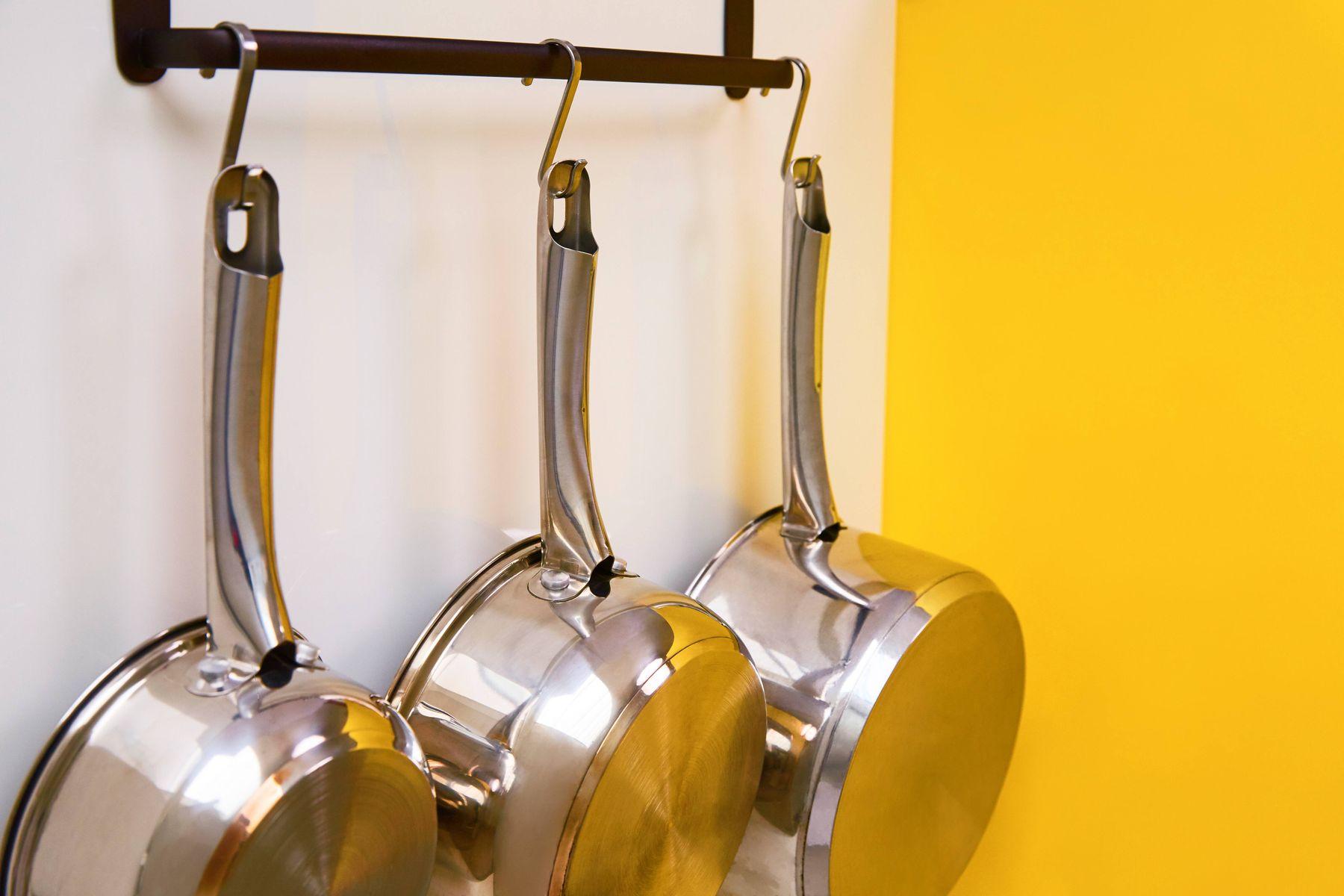 ollas de acero colgadas en ganchos
