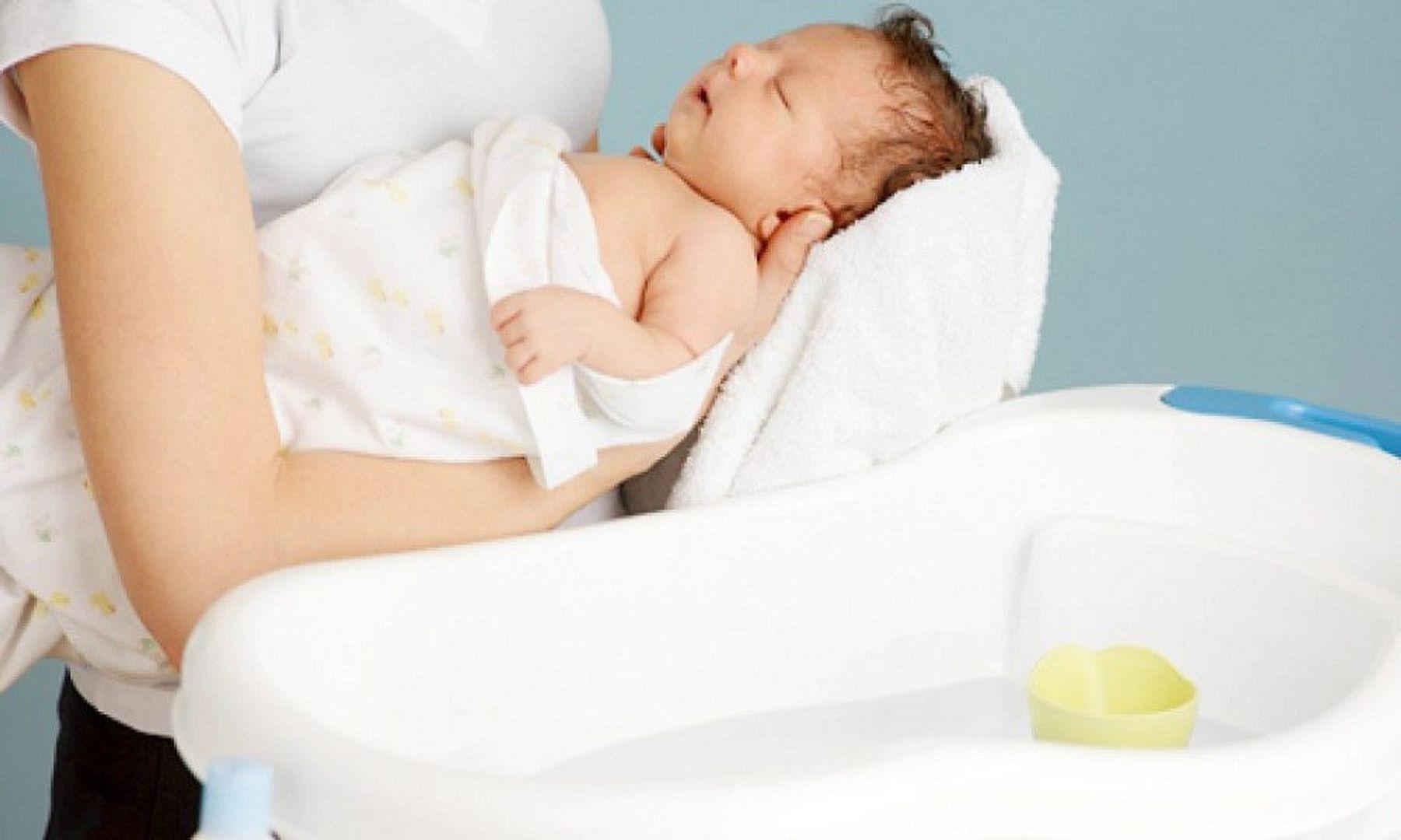 Step 4: Dùng khăn lau cho trẻ sơ sinh