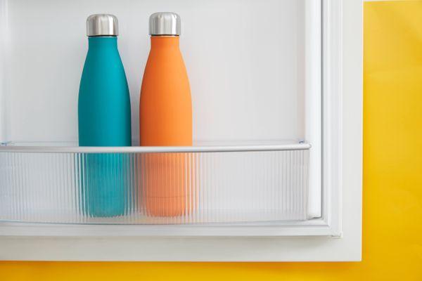 Dua termos air dalam kulkas