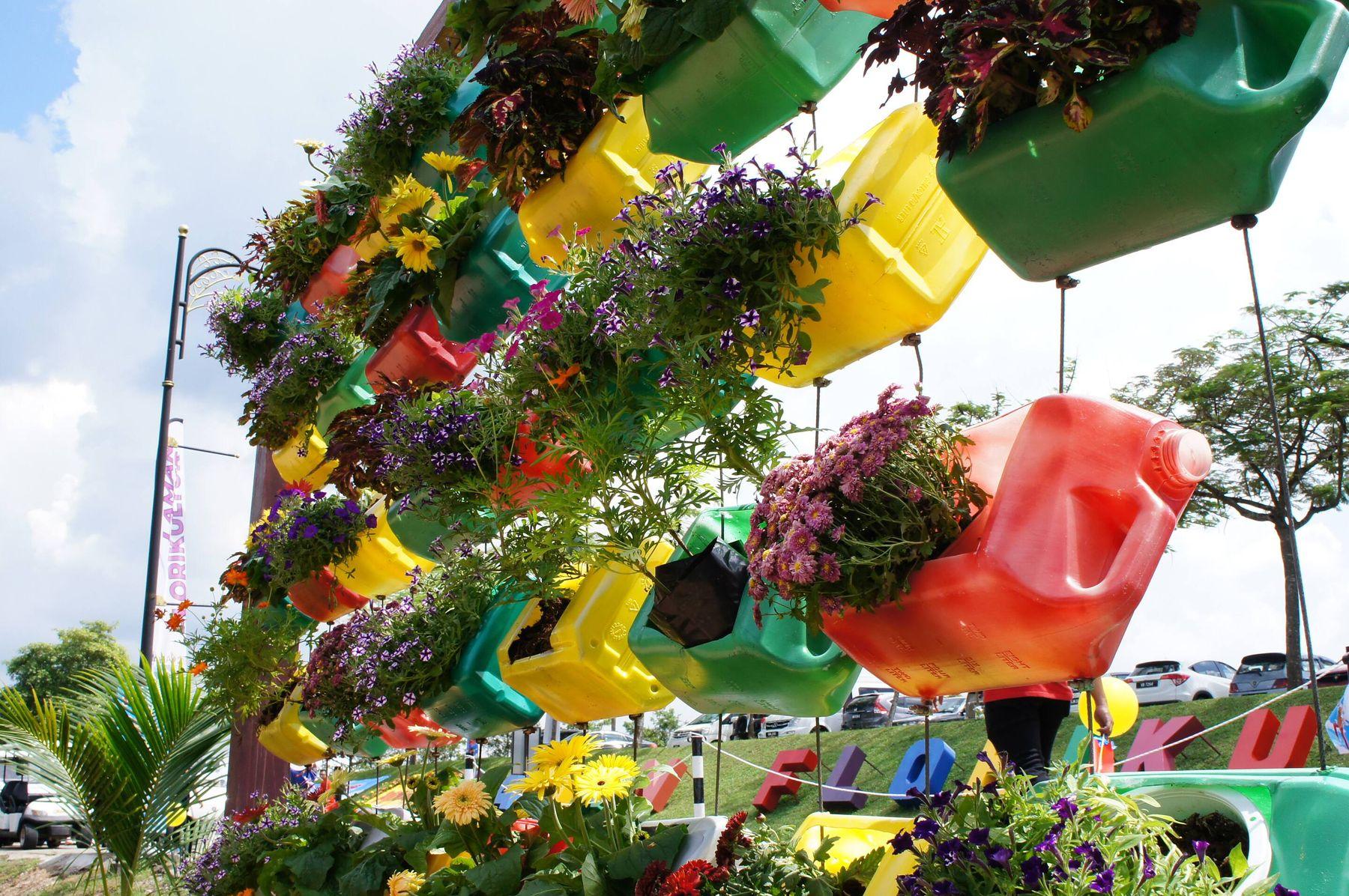 Cách tái chế can nhựa lớn 3 lít, 5 lít, 20 lít thành chậu trồng hoa, trồng cây đẹp mắt