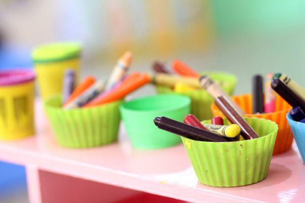 Viele Stifte in verschiedenen Behältnissen