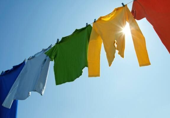Chống ẩm mốc tủ quần áo bằng cách phơi đồ thật khô