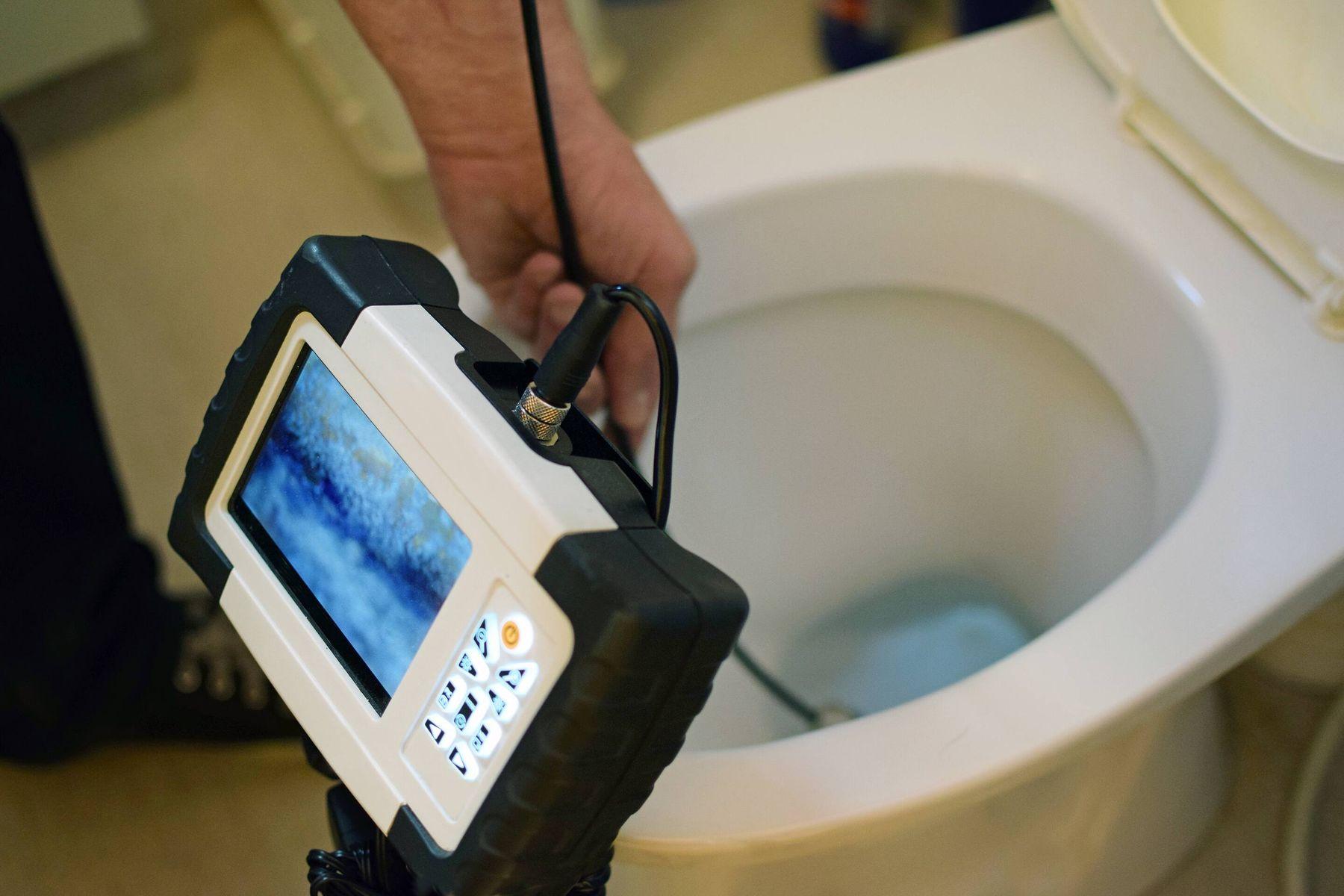Thiết bị camera kiểm tra vật cản gây nghẹt bồn cầu và giúp xử lý thông tắc bồn cầu nhanh hơn.