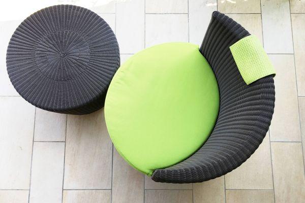 chaise en osier noir avec revêtement vert clair