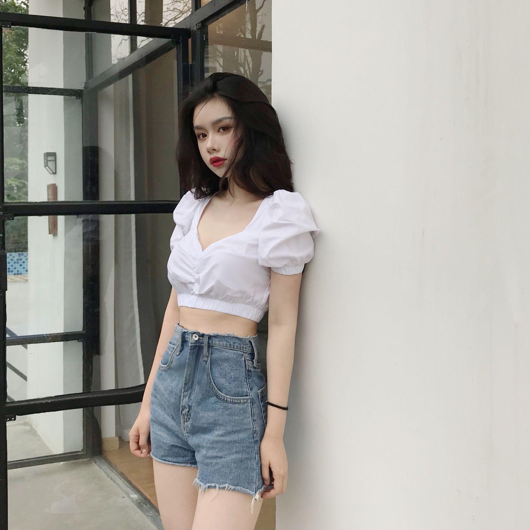 Biến hóa với áo croptop ôm kết hợp quần short