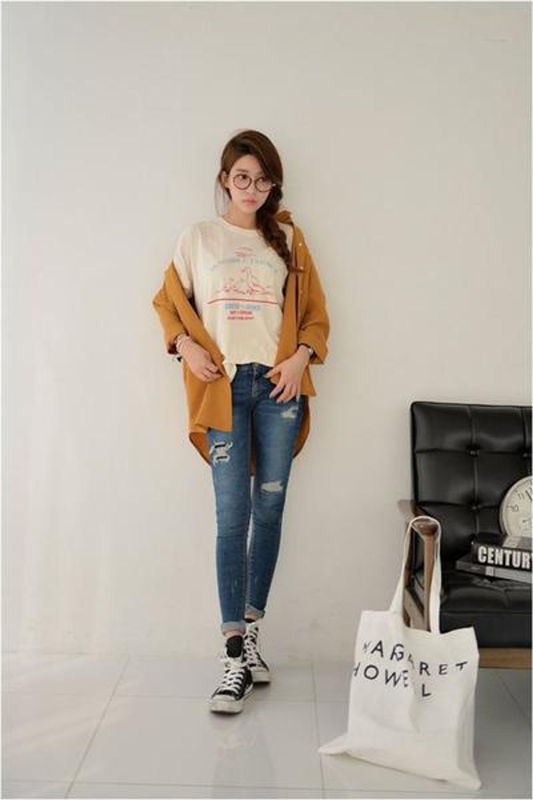 Giày converse cổ cao với quần jean baggy và áo khoác cardigan