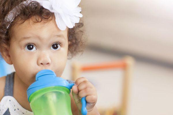 Lưu ý khi chọn bình uống nước cho trẻ