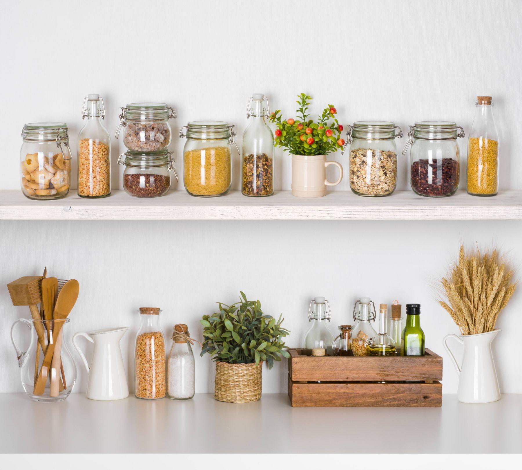Comidas e temperos organizados em potes na prateleira