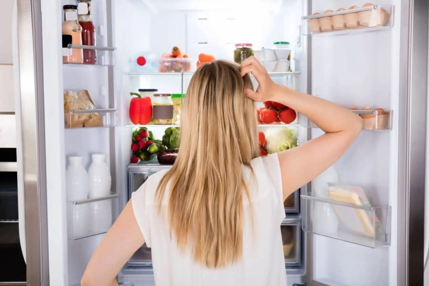 Açık Buzdolabı Önünde Düşünen Kadın