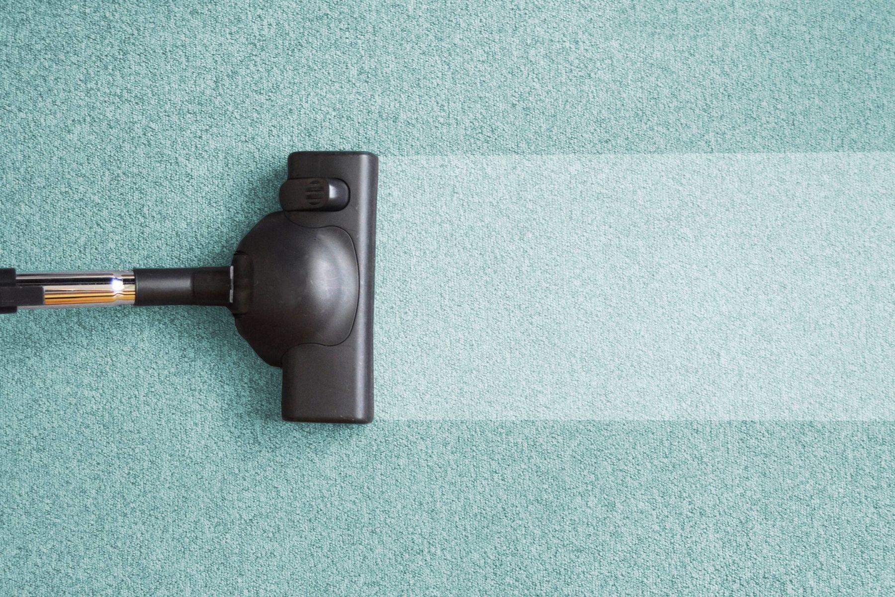 aspirateur qui aspire le tapis