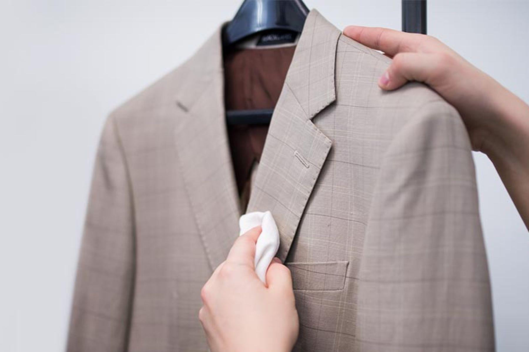 Những lưu ý giặt áo vest, dùng khăn lau sạch vết bẩn trên áo vest trước khi giặt