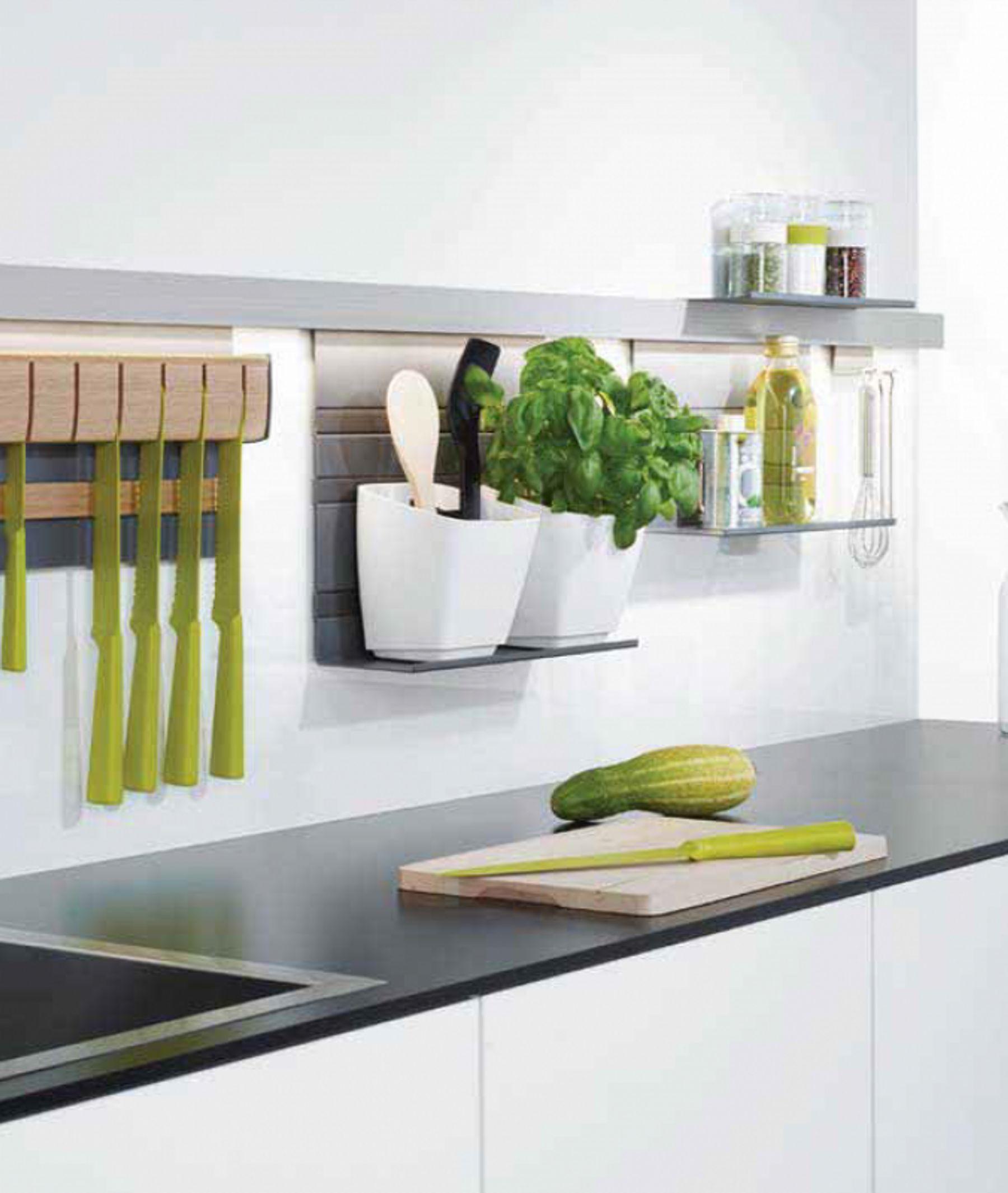 Thêm các giá và thanh trong bếp để đựng vật dụng