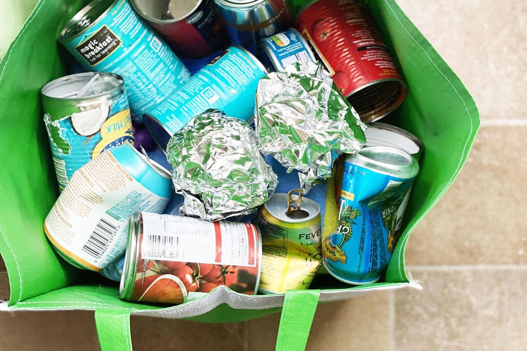 saco plástico contendo latas vazias