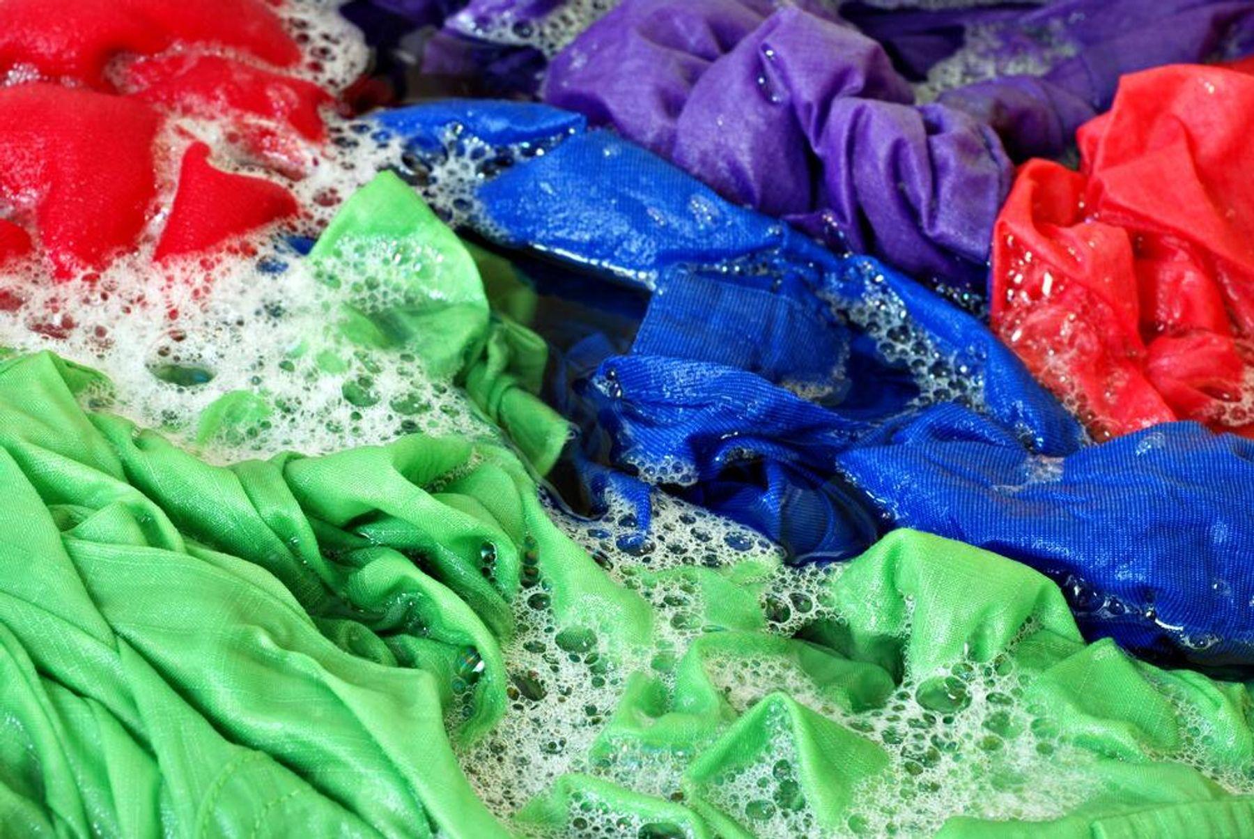 cách tẩy quần áo bị dính màu