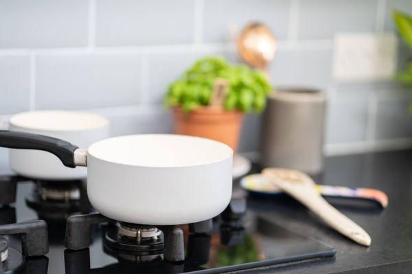 quemador de cocina a gas con sartén