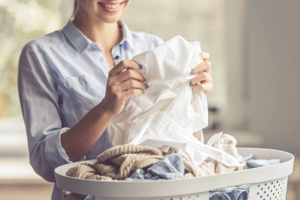 Mách chị em cách giặt và bảo quản áo dài du xuân