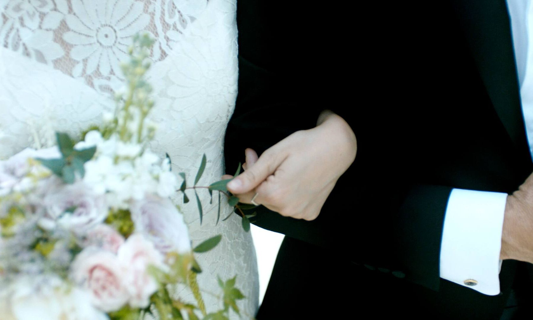 Trang phục đám cưới đúng chuẩn phải có 4 tiêu chí này