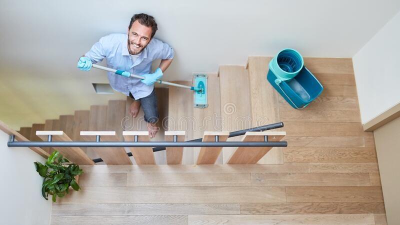 Vệ sinh cầu thang và cách tẩy vết sơn trên sàn gỗ nhà mới