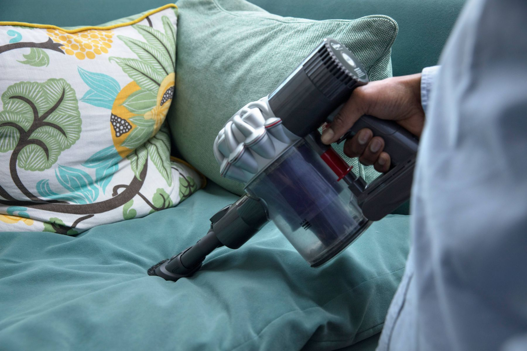 Vệ sinh nệm tại nhà đơn giản chỉ với bình xịt, máy hút bụi, khử sạch mùi hôi, làm nệm mới hơn