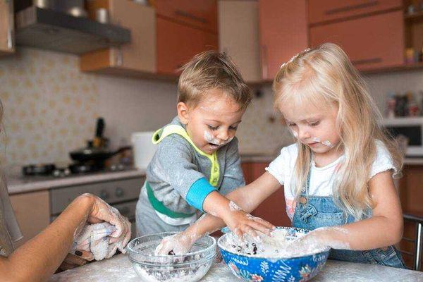 Cho trẻ tự do làm những điều mình thích như nấu nướng, vui chơi