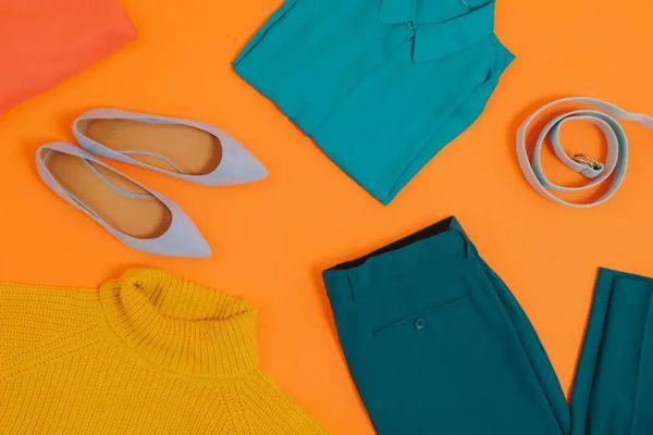 Turuncu zeminde eflatun süet ayakkabı ve kemer, mavi gömlek ve pantolon