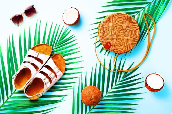 Palmblätter, Sonnenbrille, Sandalen, Kokosnuss, Strohsack