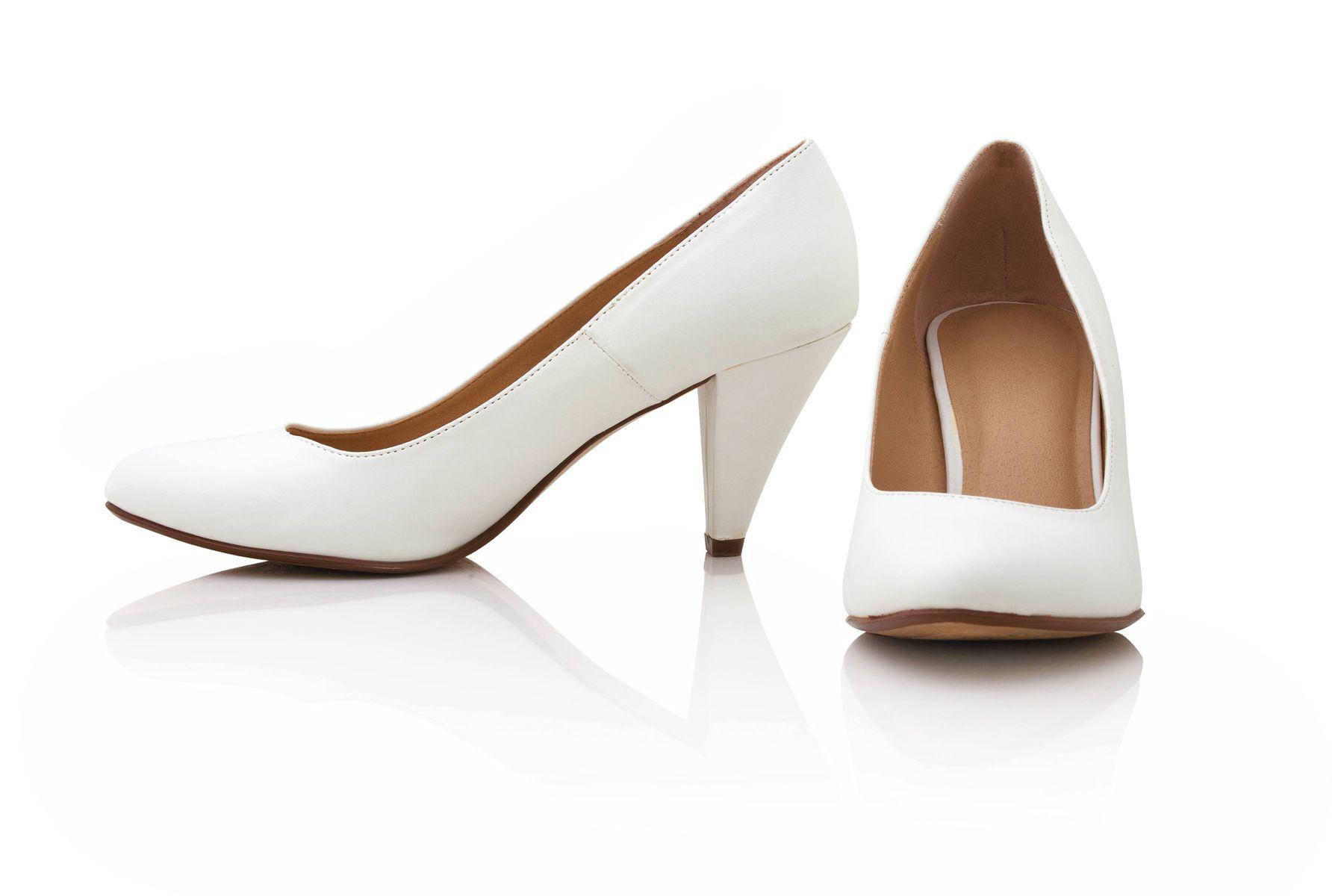 Bạn đau đầu tìm cách giặt giày da màu trắng? Thử ngay 5 cách sau