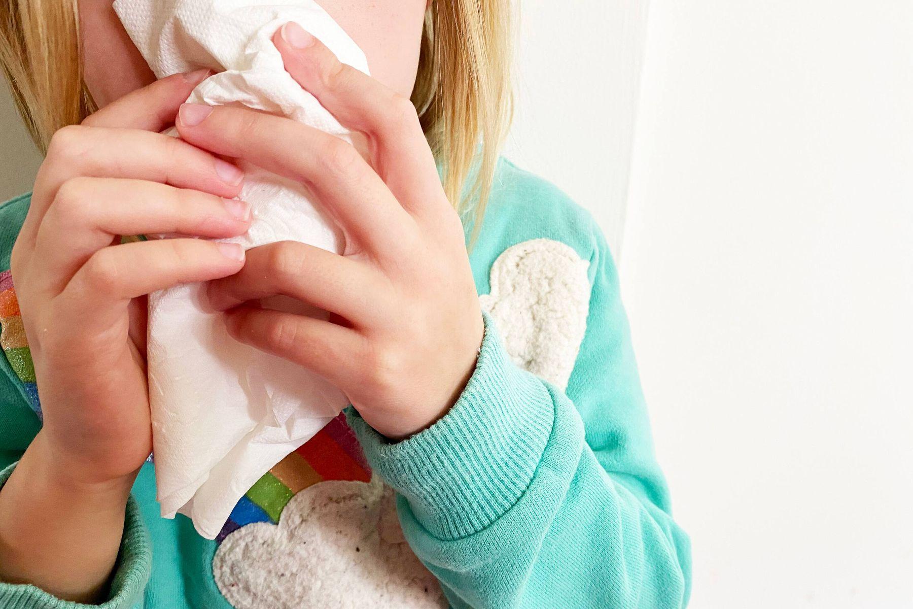 Criança usando um lenço