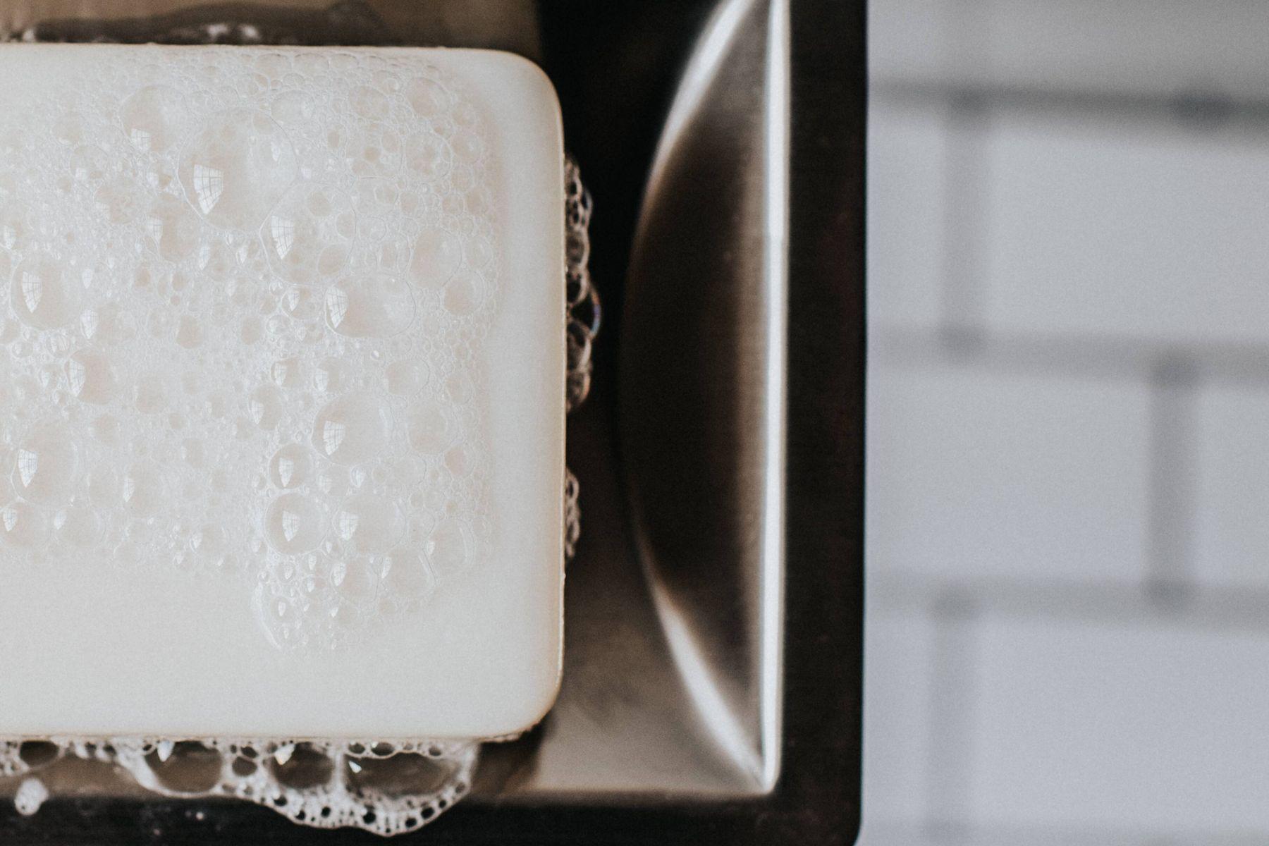 Sabundan deterjan yapmak için ihtiyacınız olan tek şey bir kalıp beyaz sabun ve biraz su.