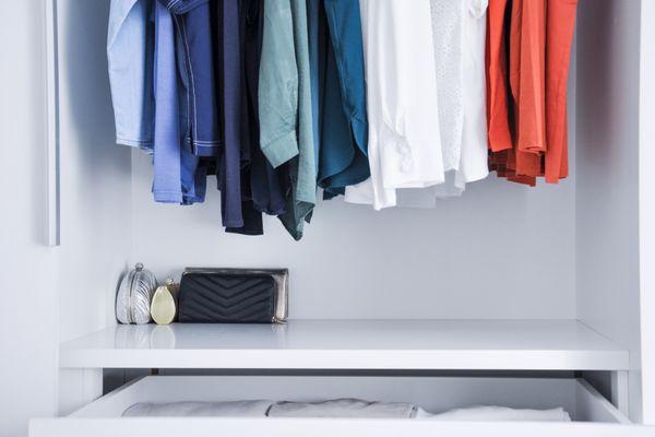 Guarda roupas organizado segundo as cores das camisas