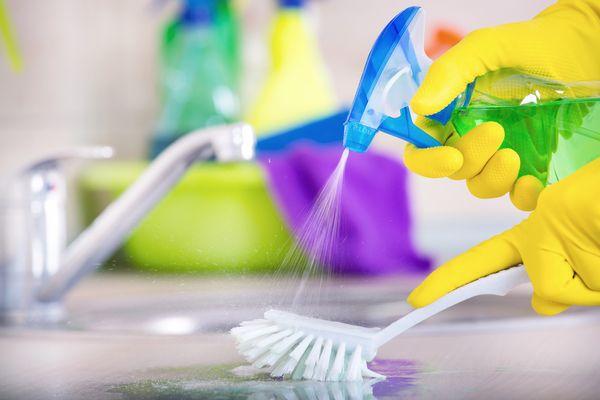 Productos de limpieza multiuso: cómo y dónde usarlos en el hogar