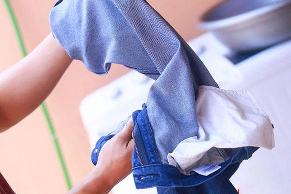 Cách giữ cho quần jean không bi bạc màu