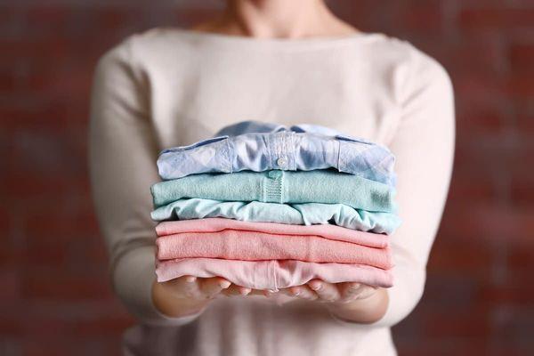 Yıkanmış ve Katlanmış Temiz Çamaşırlar Tutan Kadın