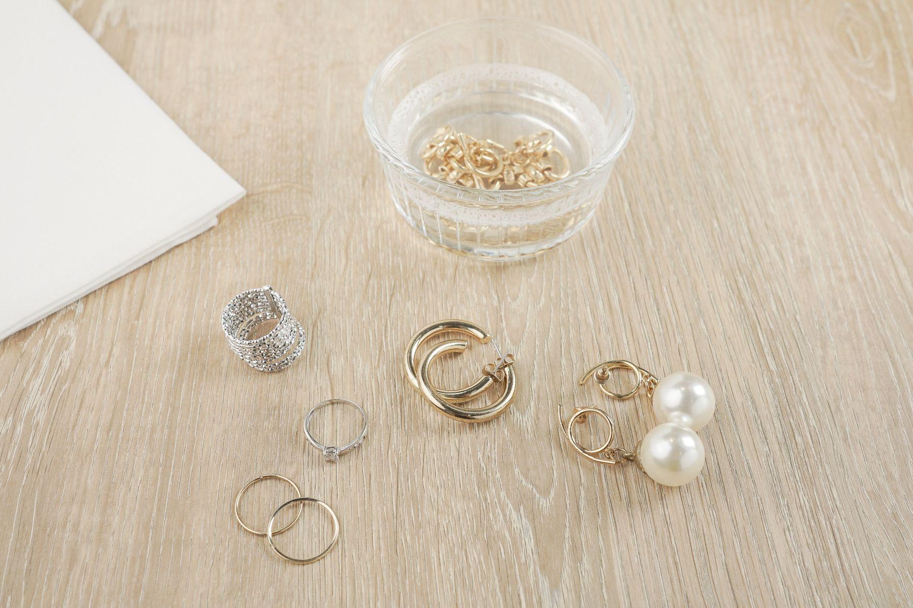 Cómo limpiar joyas de plata y oro