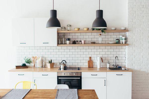Nên dùng tủ đựng chén bát bằng gỗ hay nhôm?