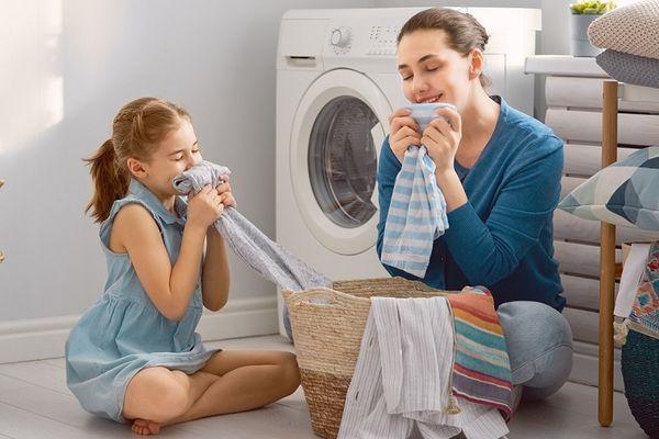 Cách xịt thơm quần áo giữ mùi lâu đúng cách