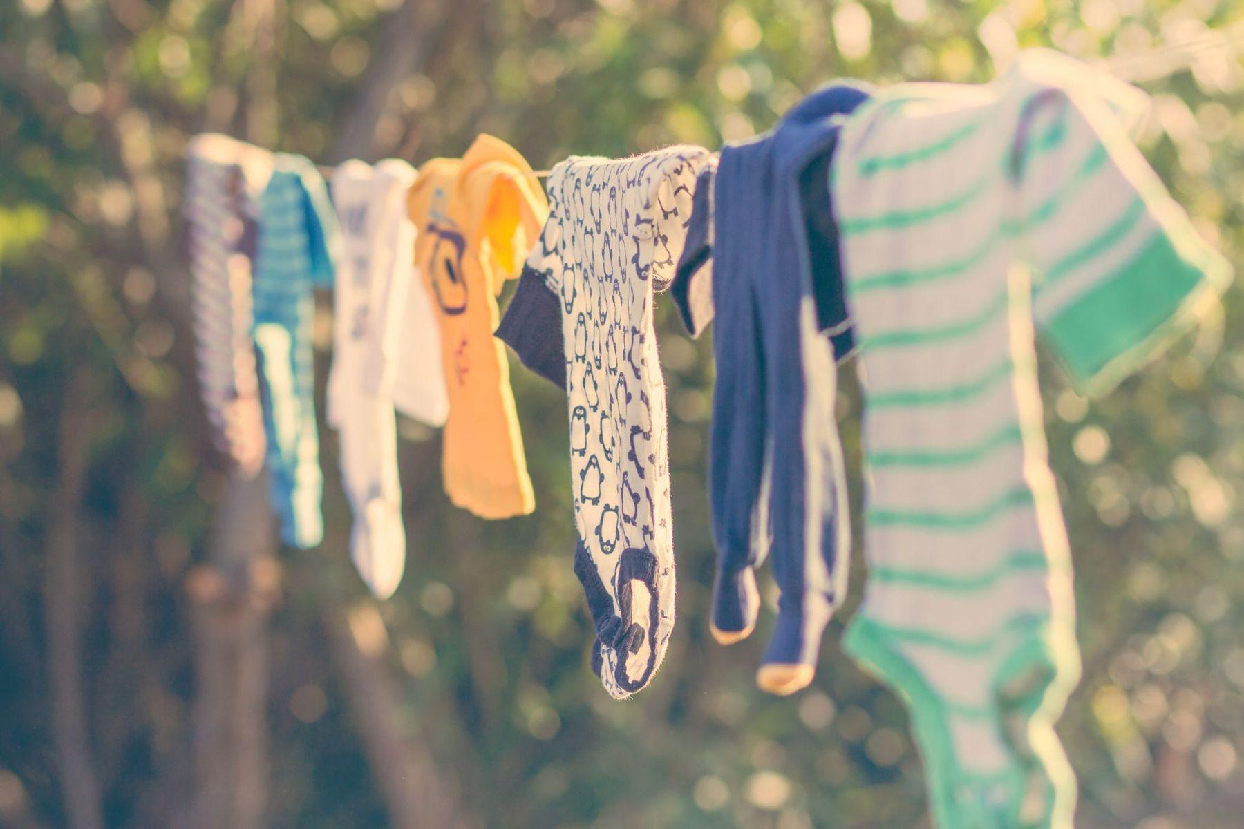 Phơi khô quần áo nơi thông thoáng, nhiều nắng