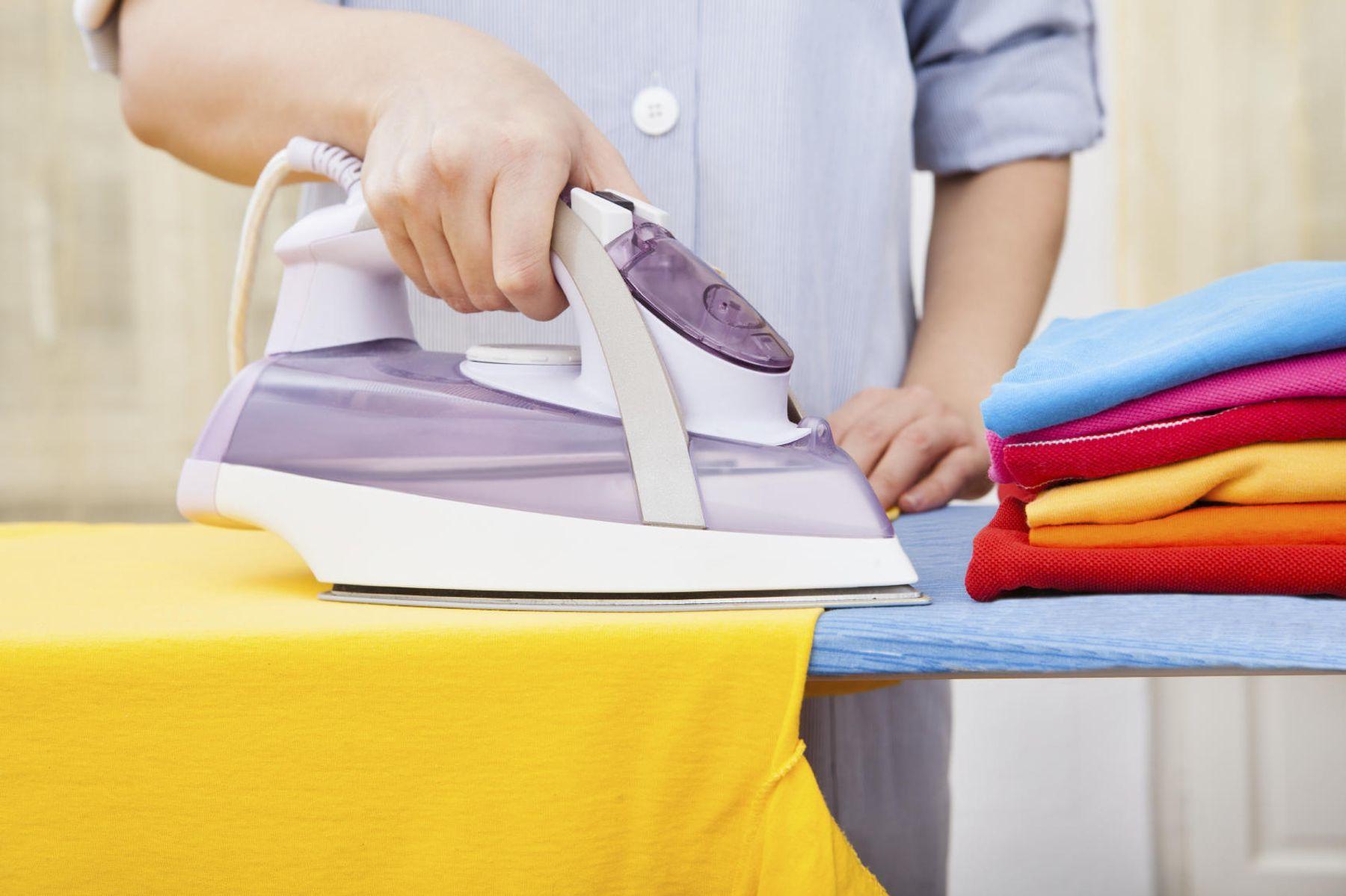 Step 3: Sử dụng bàn ủi để giúp áo không bị xù lông