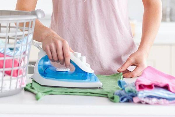 3 Mẹo làm sạch bàn ủi bị dính nhựa