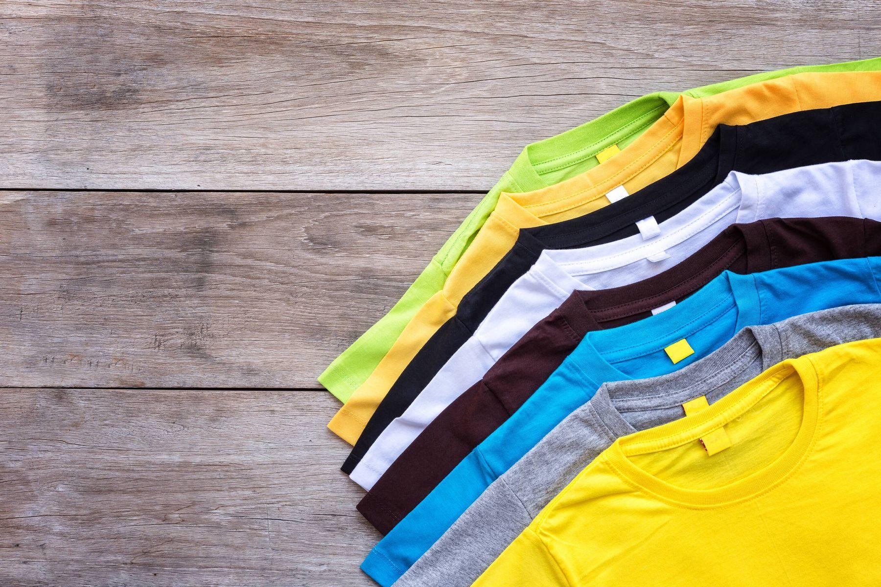 Ahşap zemin üzerinde renkli tişörtler